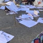 Des affaires éparpillées après la dispersion des gilets noirs devant le panthéon