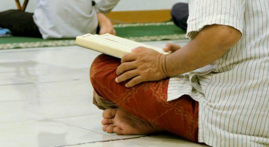 Des fidèles musulmans en prière dans une mosquée