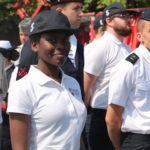 Mise en place pour le défilé des jeunes du service civique national en France.