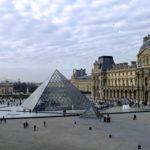 La pyramide du Louvre à Paris, France.