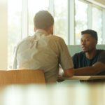 Une jeune homme noir dans un entretien d'embauche.