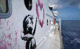 Un flanc du navire Louise Michel avec le graffiti de l'artiste britannique Banksy.